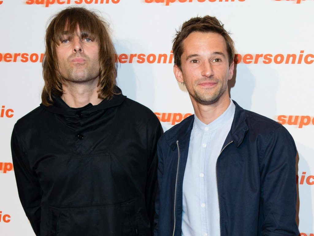 Liam Gallagher e Mat Whitecross na première do filme Supersonic, que conta a história da banda Oasis. (Foto: The Independent)