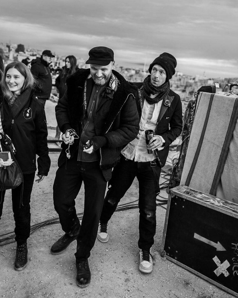 Jonny Buckland e Chris Martin se preparam para o primeiro dos shows de lançamento de Everyday Life. (Imagem: Guy Berryman/Instagram/Reprodução)