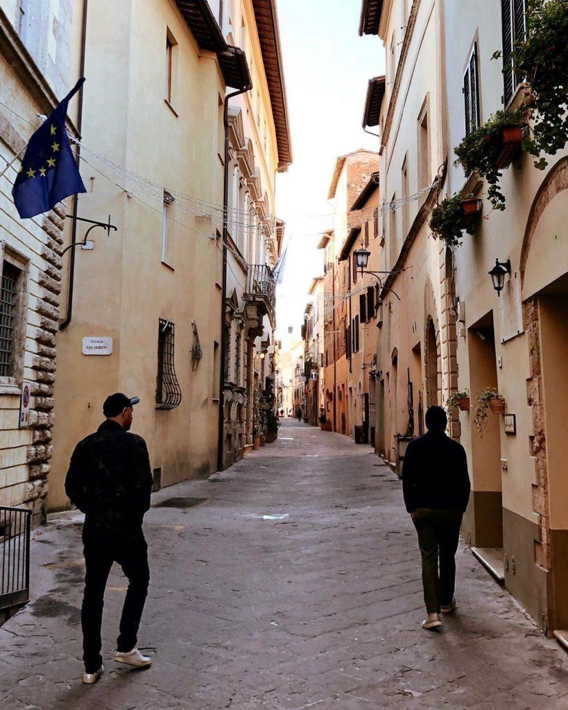 Jonny Buckland e Guy Berryman caminham entre as ruelas das cidades medievais da Toscana, na Itália. (Imagem: Guy Berryman/Reprodução/Instagram)
