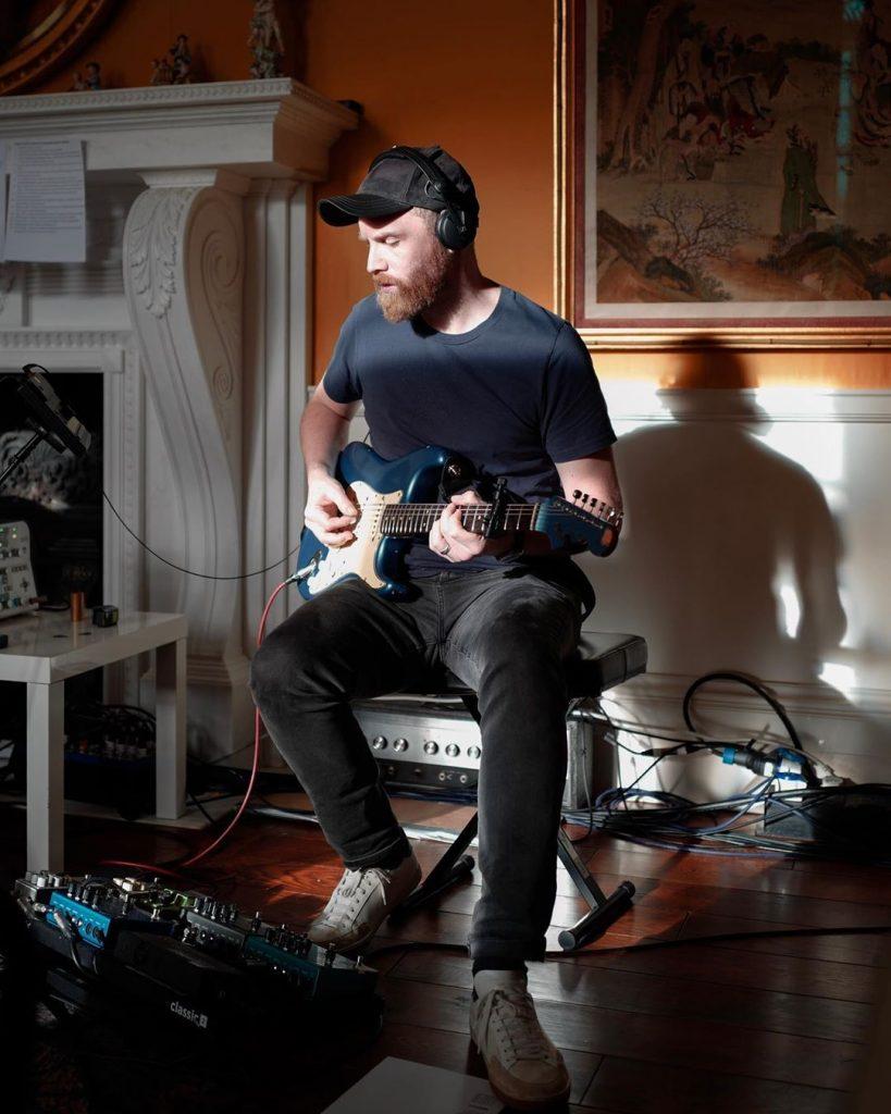 Jonny Buckland, com a guitarra, no estúdio. (Imagem: Guy Berryman/Reprodução/Instagram)