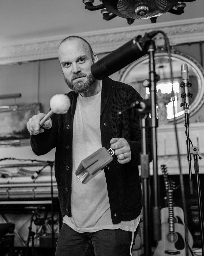 Will Champion com diferentes percussões, no estúdio. (Imagem: Guy Berryman/Reprodução/Instagram)