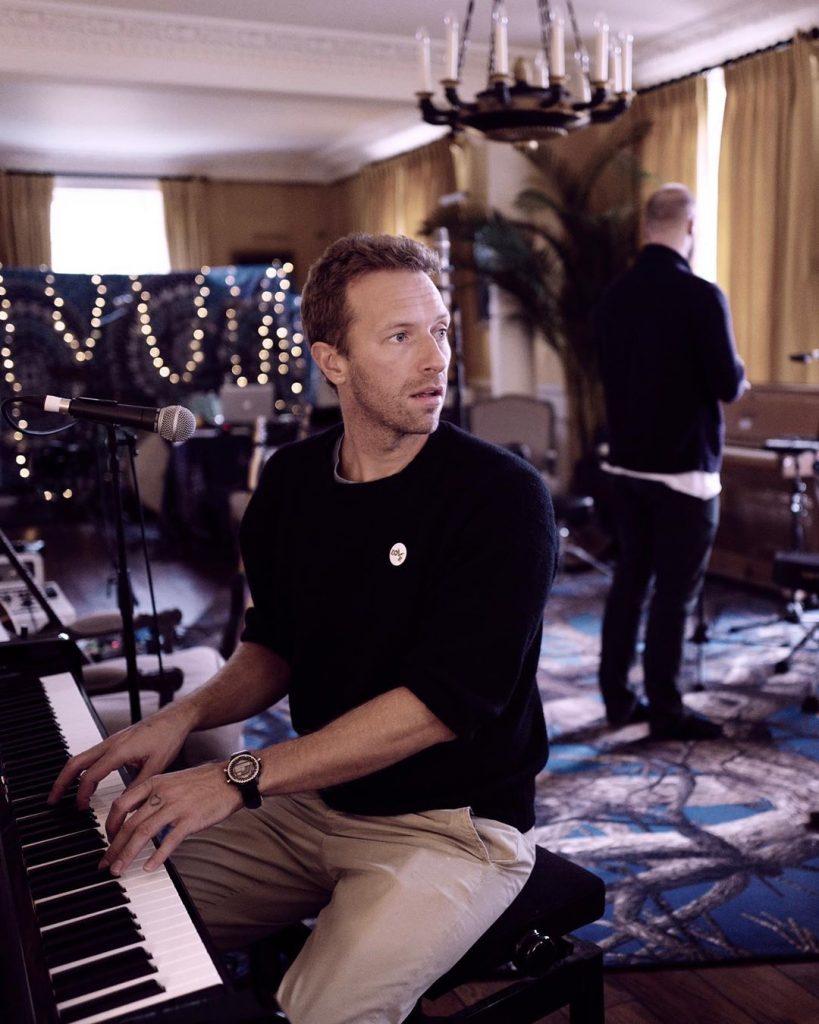 Chris Martin sentado ao piano, no estúdio. (Imagem: Guy Berryman/Reprodução/Instagram)