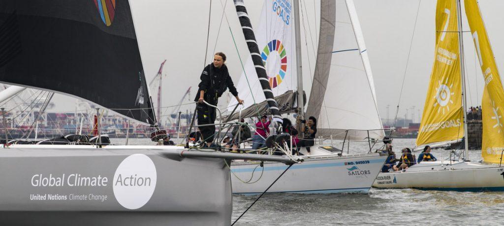 A sueca Greta Thunberg, ativista ambiental de 16 anos, navegou para o porto de Nova Iorque ladeada por uma frota de 17 veleiros representando cada um dos Objetivos de Desenvolvimento Sustentável (ODS).
