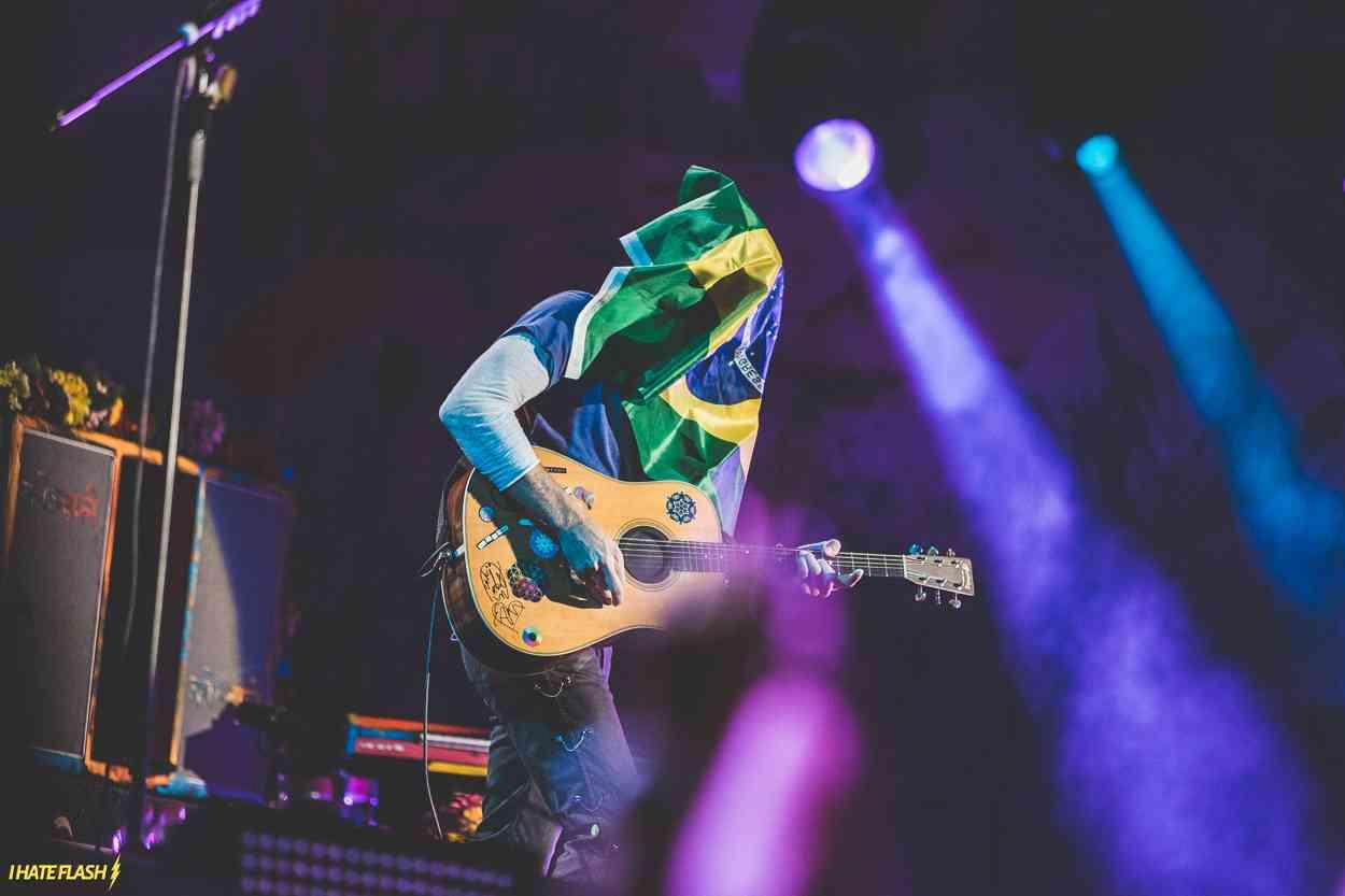 "Chris Martin com a bandeira do Brasil no rosto durante ""Every Teardrop Is a Waterfall"". Allianz Parque, São Paulo, 7.abr.2016 (Foto: Wesley Allen / I Hate Flash)"