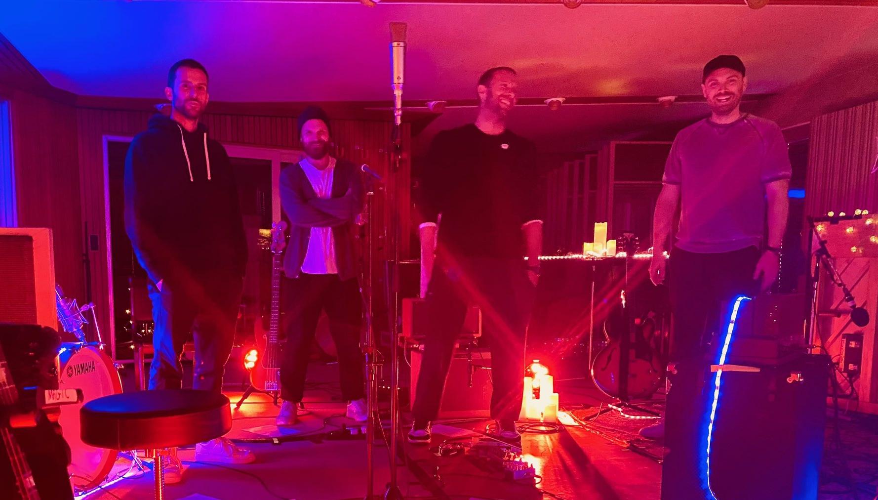 """Integrantes do Coldplay se preparam para a 'live' da campanha """"Every Vote Counts"""", organizada pela Global Citizen. (Foto: reprodução)"""