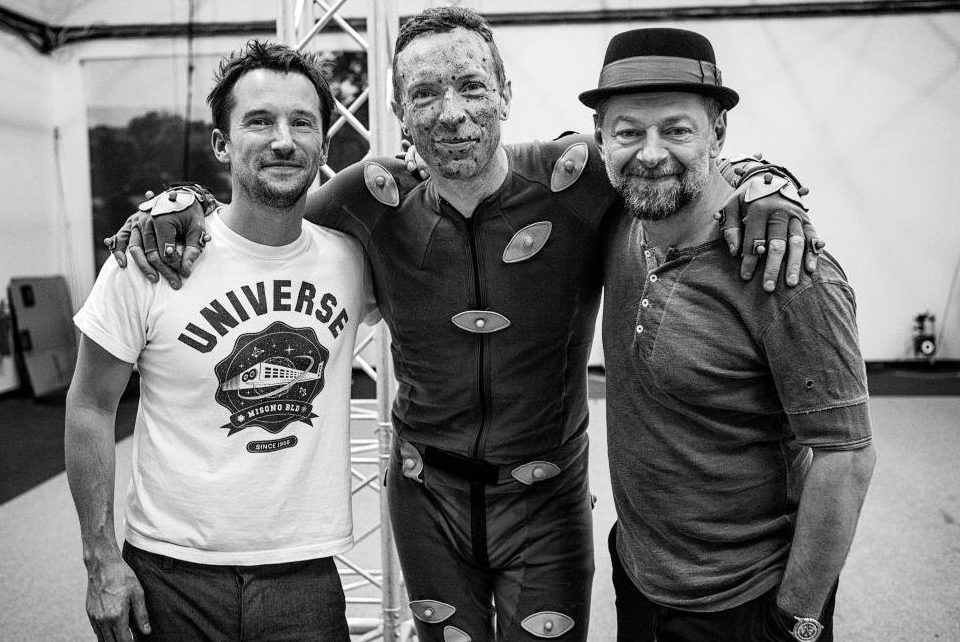 "Mat Whitecross, Chris Martin e Andy Serkis durante as gravações do clipe de ""Adventure of a Lifetime"". (Imagem: Sarah Lee)"