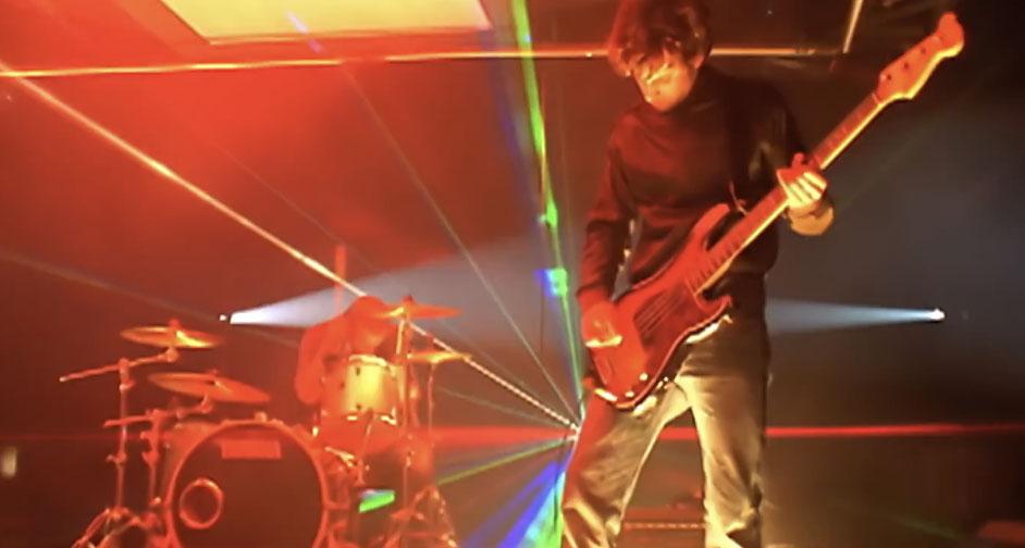 """Trecho do videoclipe de """"Clocks"""" mostrando Will Champion (à esquerda) e Guy Berryman (à direita)"""