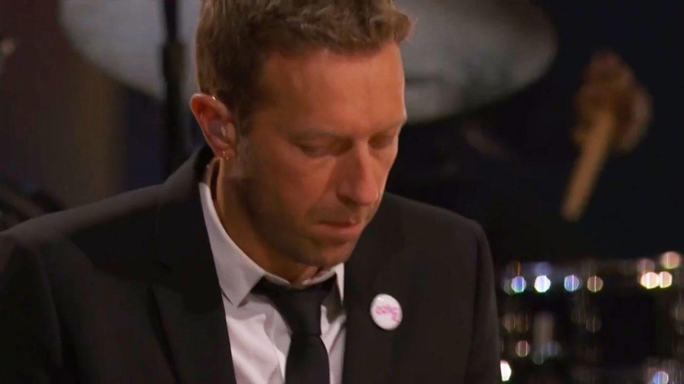 """Chris Martin durante apresentação de """"You'll Never Walk Alone"""", no Grammy"""